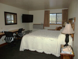 yellowstone-village-inn-hotel-suite-3-beds