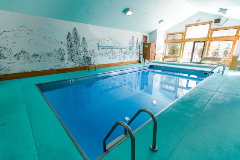 yellowstone-village-inn-amenities-pool